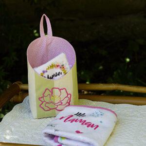 Corbeille brodée de lingettes et serviettes