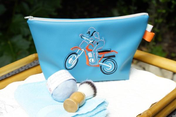 Trousse de toilette bleue pour homme broderie moto