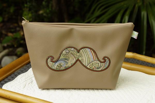 Trousse de toilette brodée moustache